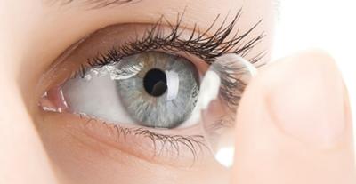 Quais lentes de contacto são melhores: Diárias ou Mensais? As lentes de contacto de uso diário são extremamente higiénicas e por não serem reutilizáveis, as Lentes de contacto mensais são mais baratas mas necessitam de uma limpeza diária.